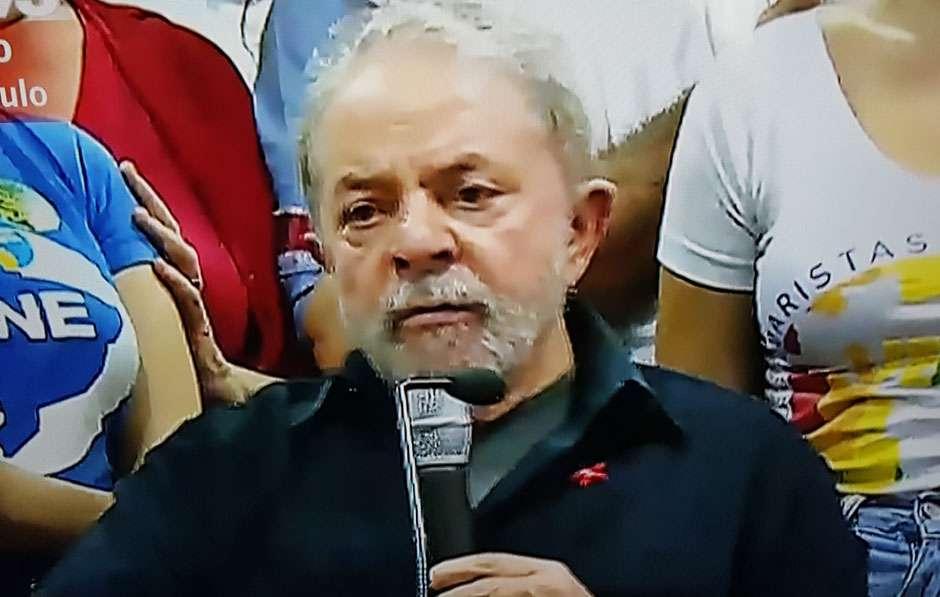 """""""Não precisava levar uma coerção. Era só ter comunicado"""", diz Lula na sede do PT"""
