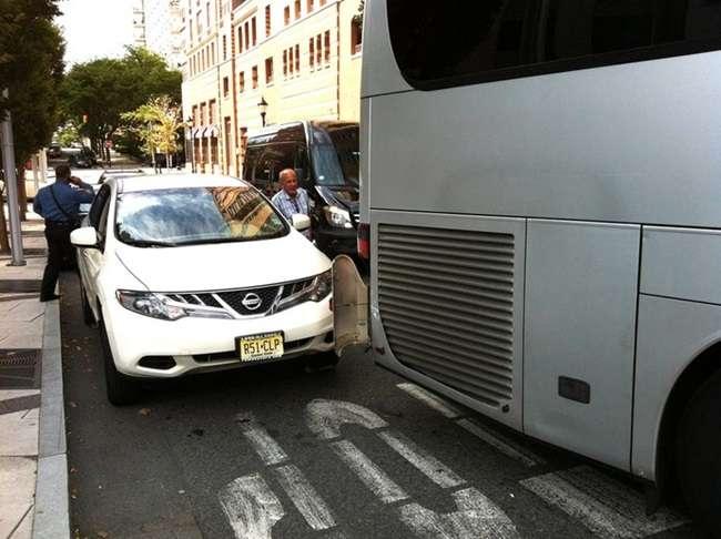 Ônibus da seleção bate ao sair do hotel e atrasa treino