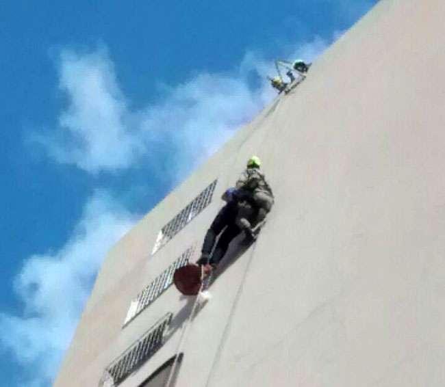 Bombeiros resgatam homem que ficou pendurado em prédio no Setor Oeste