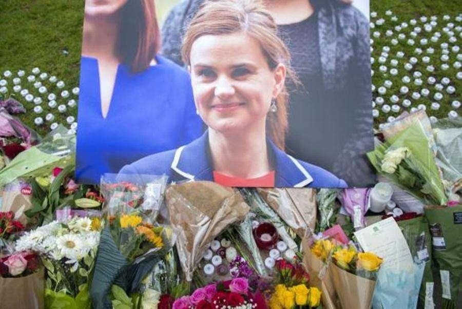 Deputada britânica é assassinada no meio da rua