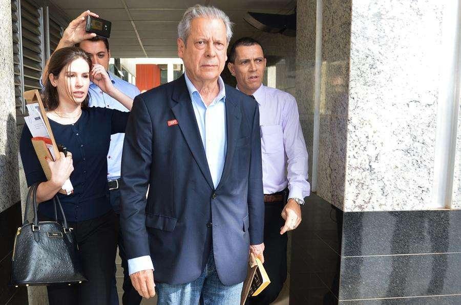 José Dirceu tem até 17h para se entregar à Polícia Federal