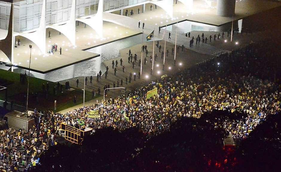 Protestos se espalham pelo país contra nomeação de Lula para ministro de Dilma
