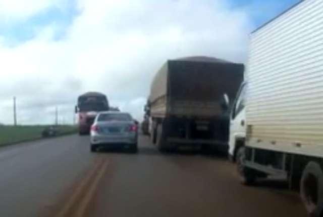 Caminhoneiros fazem manifestação na GO-330, no trevo de Silvânia