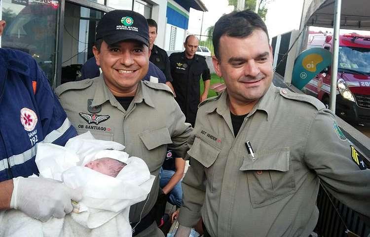 Policiais militares ajudam mulher a dar à luz em Goiânia