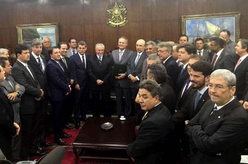 Temer vai ao Congresso levar nova meta fiscal e é recebido com protestos