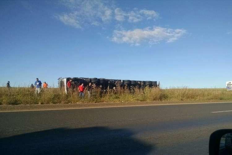 Motorista de carreta morre esmagado por carga após capotar na BR-020