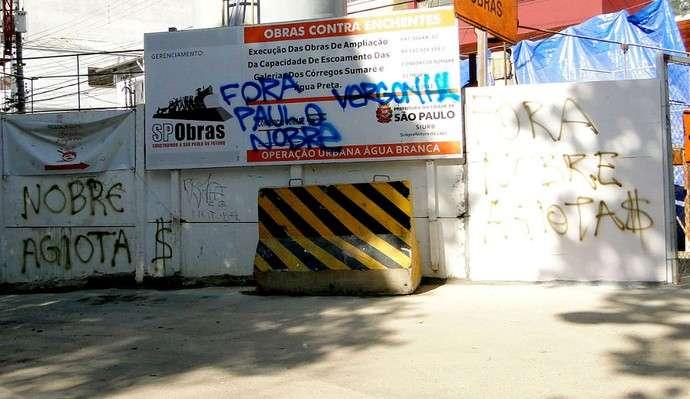 Torcedores do Palmeiras picham muro do Allianz Parque