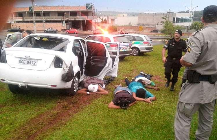 Perseguição policial termina com um bandido morto e três feridos