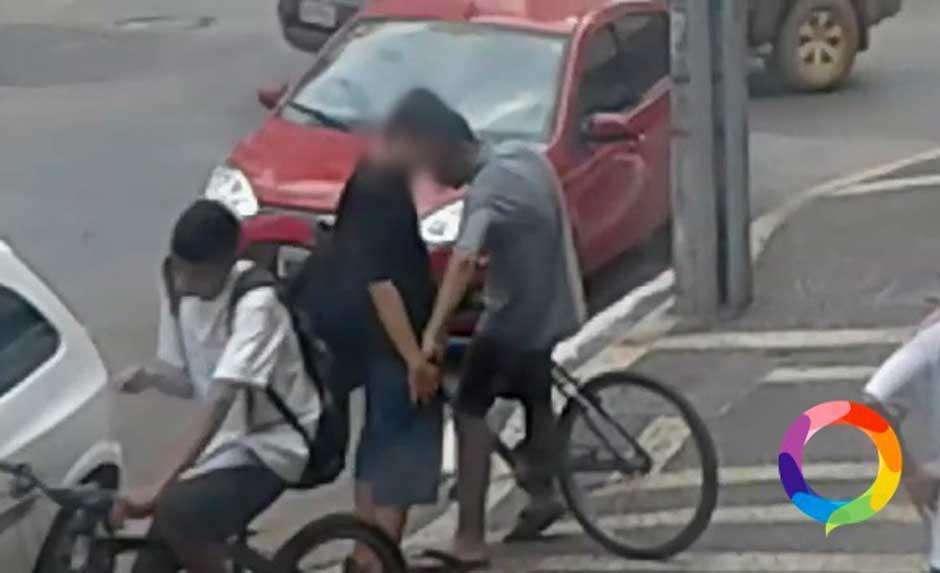 Jovem é assalto em plena rua movimentada do Setor Bueno, em Goiânia; assista