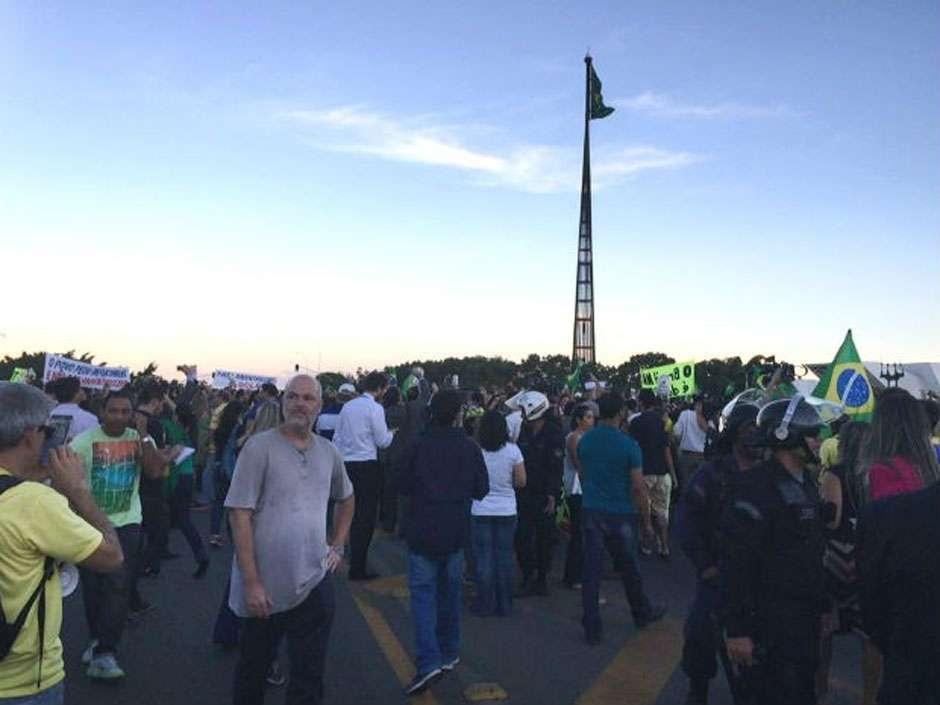 Manifestantes protestam contra nomeação de Lula em frente ao Planalto