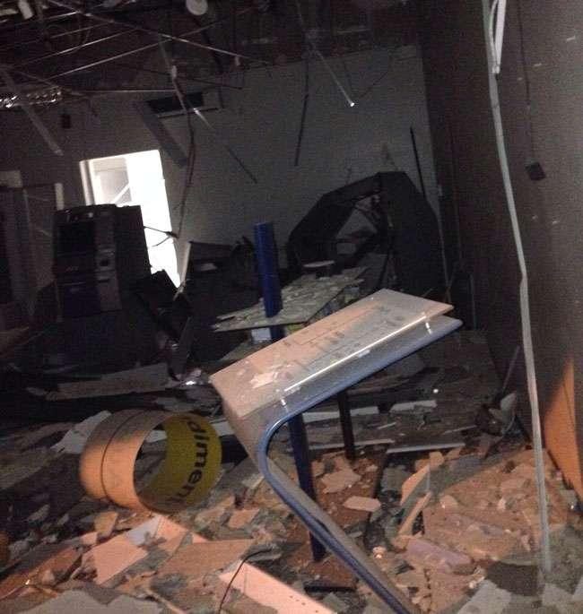 Bandidos explodem caixa eletrônico de agência bancária em Campinorte