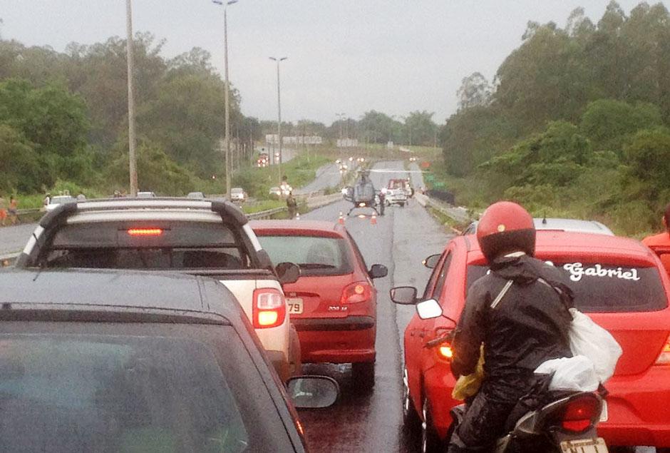 Veículo cai no rio Meia Ponte, na GO-020, em Senador Canedo