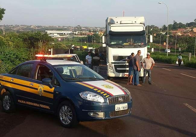 Caminhoneiros provocam bloqueios na BR-364, em Jataí e Mineiros