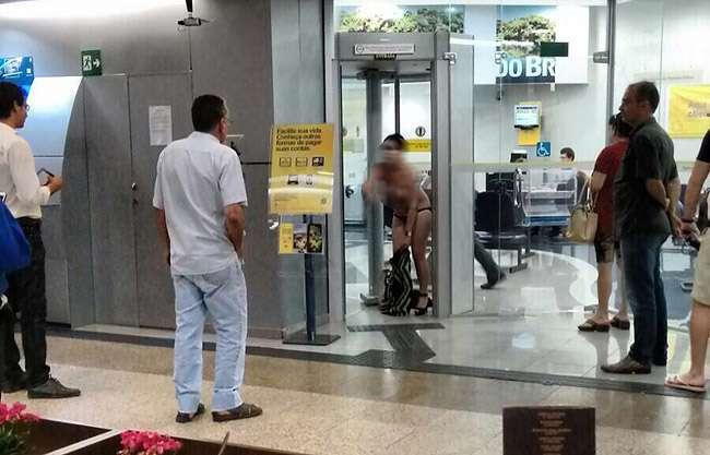 Mulher tira roupa em shopping por não conseguir entrar em banco