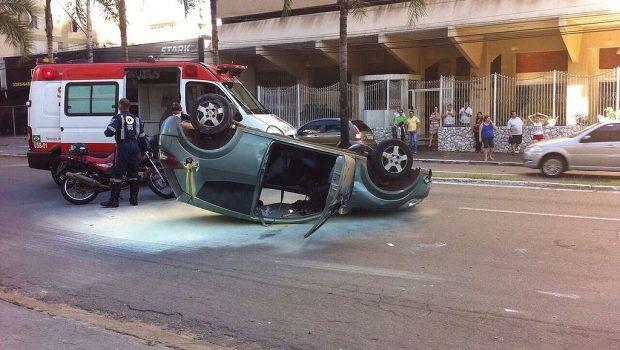 Jovem sofre acidente na Avenida T-7 e abandona carro antes da chegada do socorro