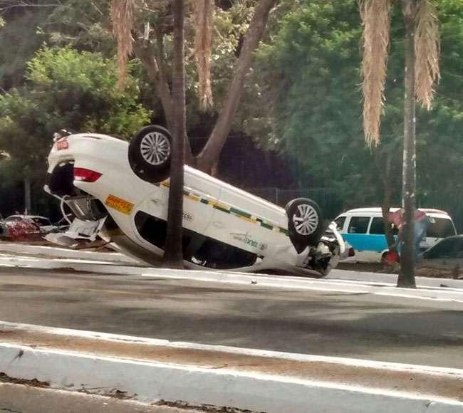 Táxi capota ao se envolver em acidente na Rua 90