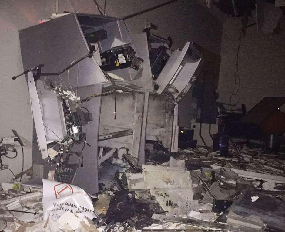 Em Rio Quente, bandidos invadem agência bancária e explodem caixa eletrônico