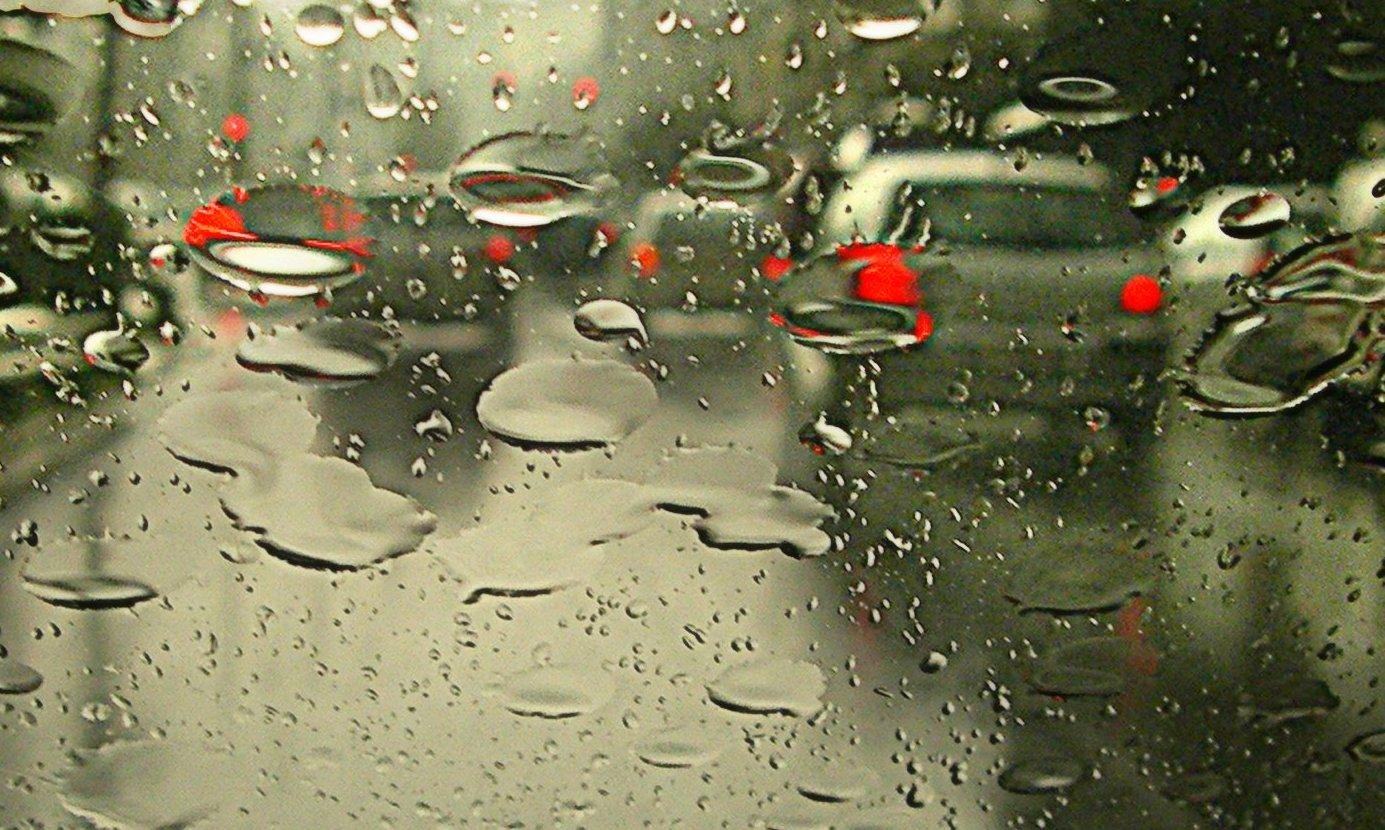 Pistas escorregadias e baixa visibilidade aumentam riscos de acidentes durante as chuvas