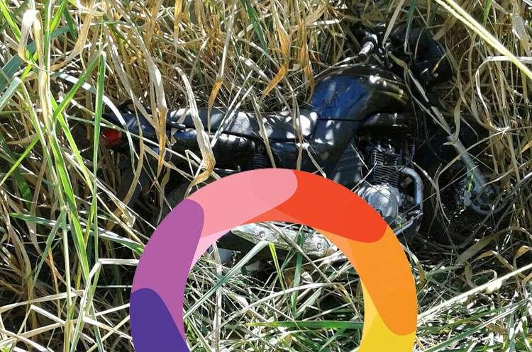 Polícia encontra motocicleta preta abandonada em lote baldio