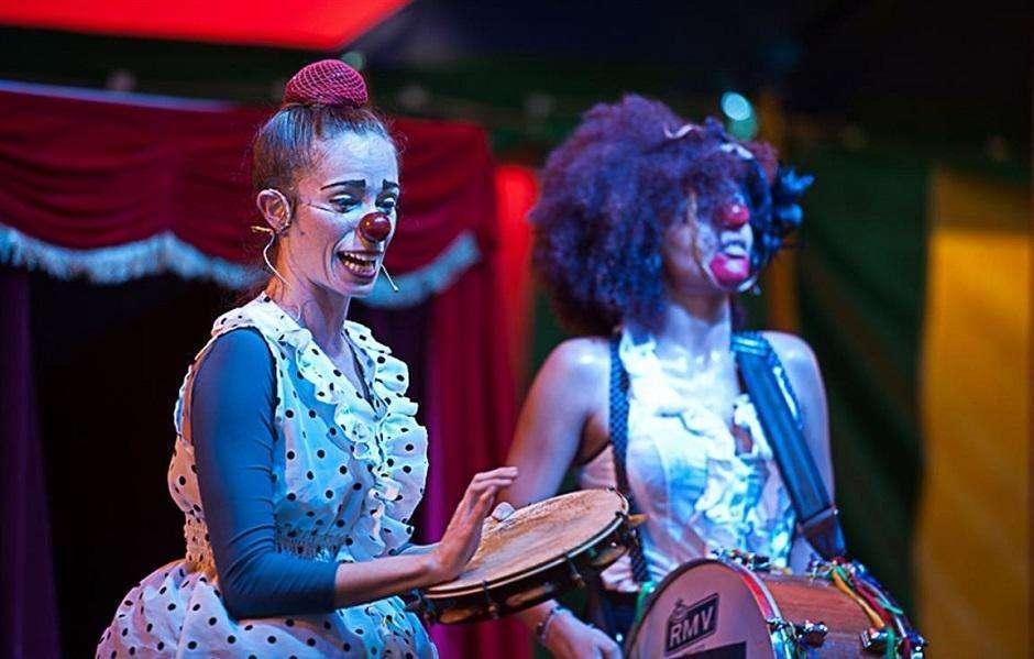 Trio apresenta espetáculo infantil Lorota de Palhaças