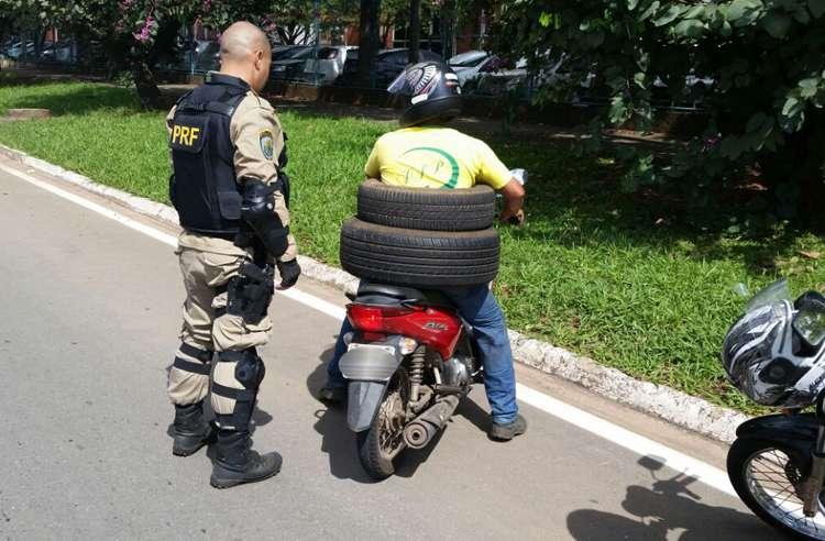 Homem é autuado por transporte de pneus em motocicleta