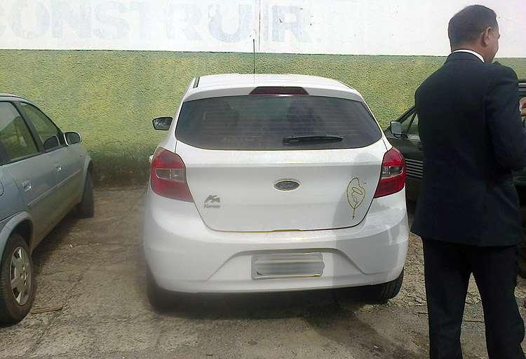 Polícia encontra carro roubado por bandidos que teriam levado uma criança a bordo