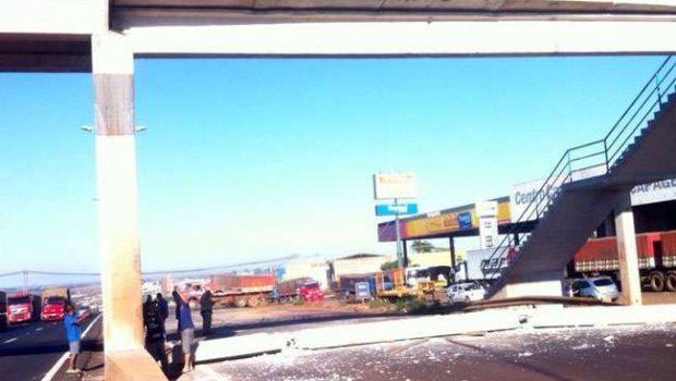 De novo: carreta derruba passarela em Rio Verde