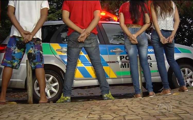 Menores são apreendidos após carro capotar em rua de Goiânia