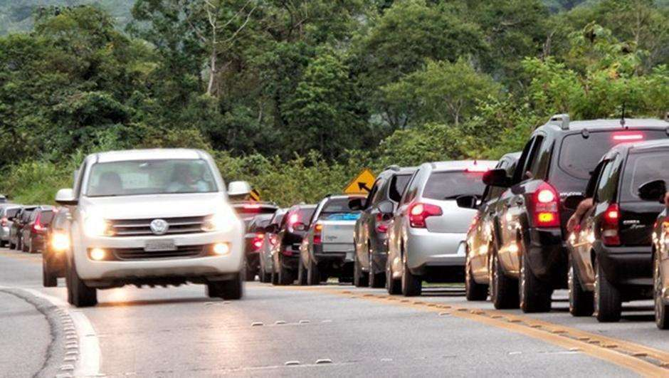 Cobrança de multa da Lei do Farol nas rodovias estaduais começa sábado