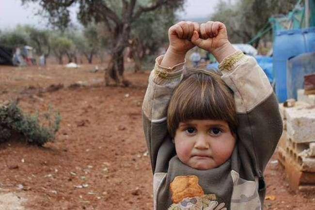 Menina síria causa comoção na web ao erguer as mãos ao confundir câmera com arma