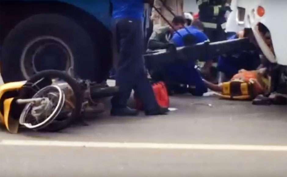 Mulher tem a perna esmagada em colisão entre moto e micro-ônibus