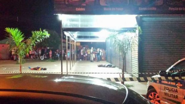 Homens passam na porta de bar atiram contra os clientes e deixam 2 mortos e 3 feridos