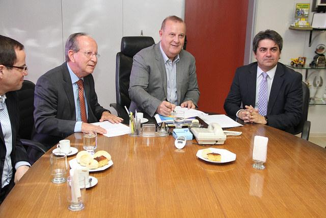 Paulo Garcia sanciona lei e doa áreas públicas ao MPGO e ao TCM