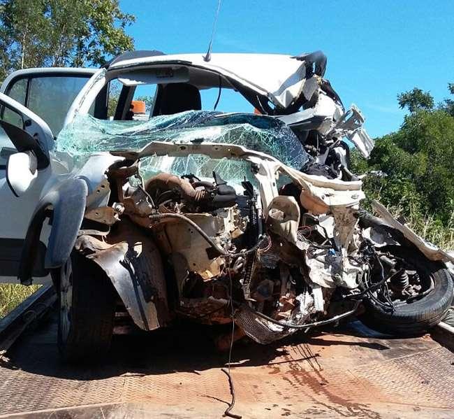 Homem morre após colidir carro frontalmente contra caminhão