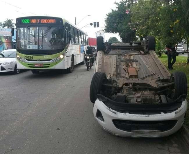 Carro é atingido por outro veículo e capota na Avenida 4ª Radial