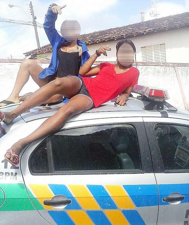 Adolescentes são detidas após postarem fotos sentadas em cima de viatura da PM