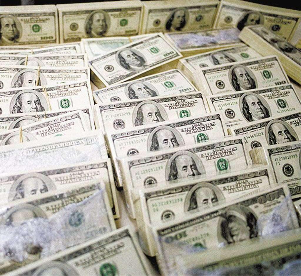 Dólar sobe 2,50% e encosta nos R$ 3,30