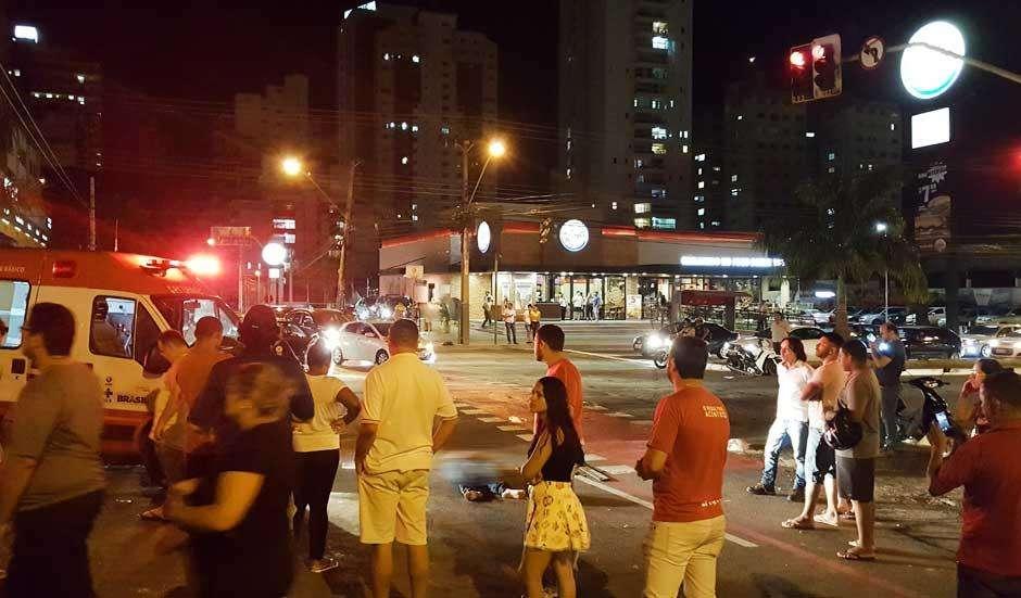 Motociclista parada em semáforo morre após ser atingida por carro em alta velocidade na Avenida 85