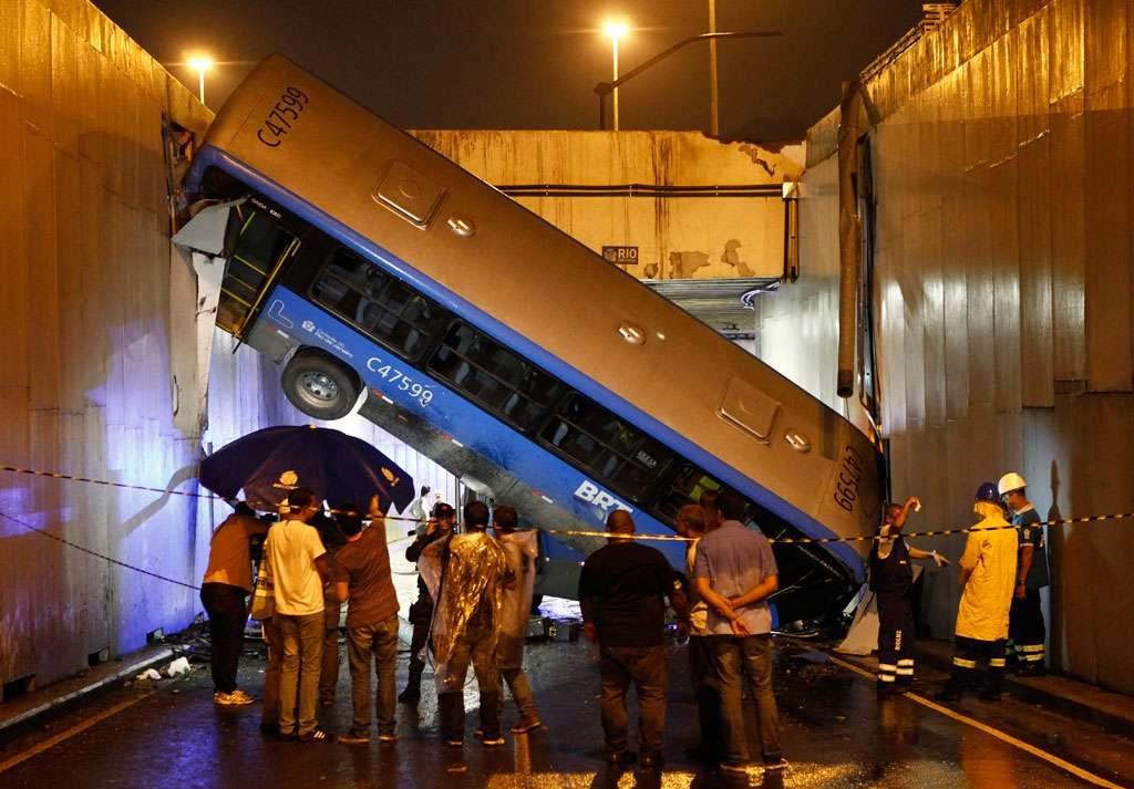 Acidente com 2 ônibus deixa ao menos 30 feridos no Rio