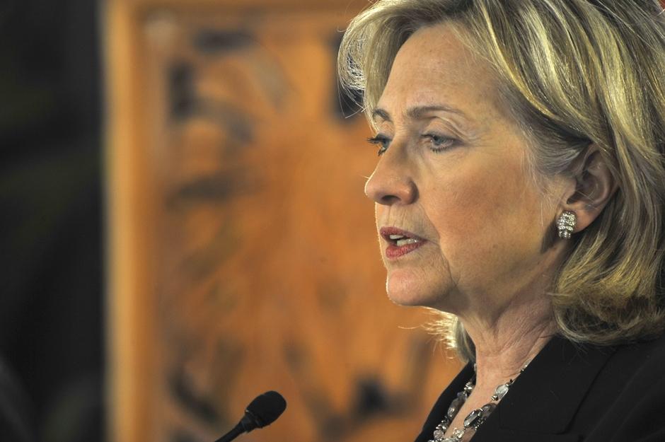 Campanha de Hillary acusa FBI de usar dois pesos e duas medidas