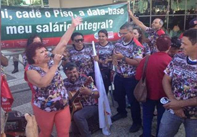 Professores da rede estadual mantêm a greve em Goiás