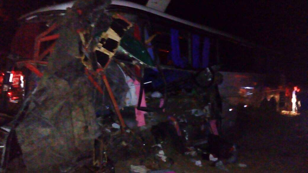 Acidente entre três ônibus e carreta deixa três mortos na BR-153