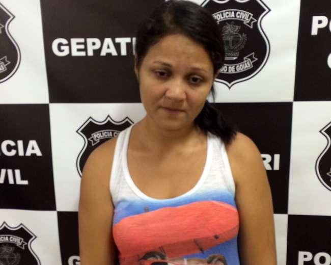 Mulher é presa com caminhonete roubada e documentos falsificados