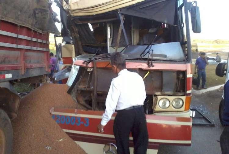 Dez pessoas ficam feridas em acidente entre ônibus e carreta na GO326, em Anicuns