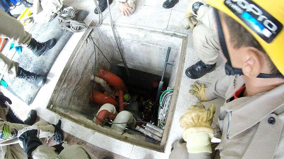 Mulher fica ferida após cair dentro de buraco em shopping da Rua 44