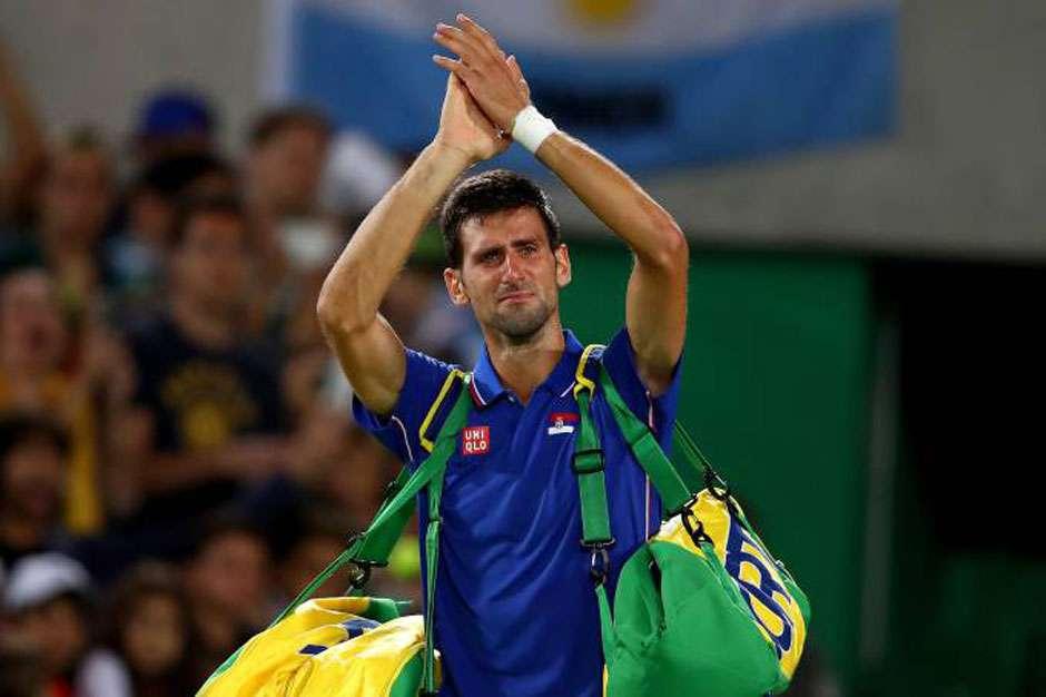 Novak Djokovic , número 1 do tênis, é eliminado do torneio de simples e chora
