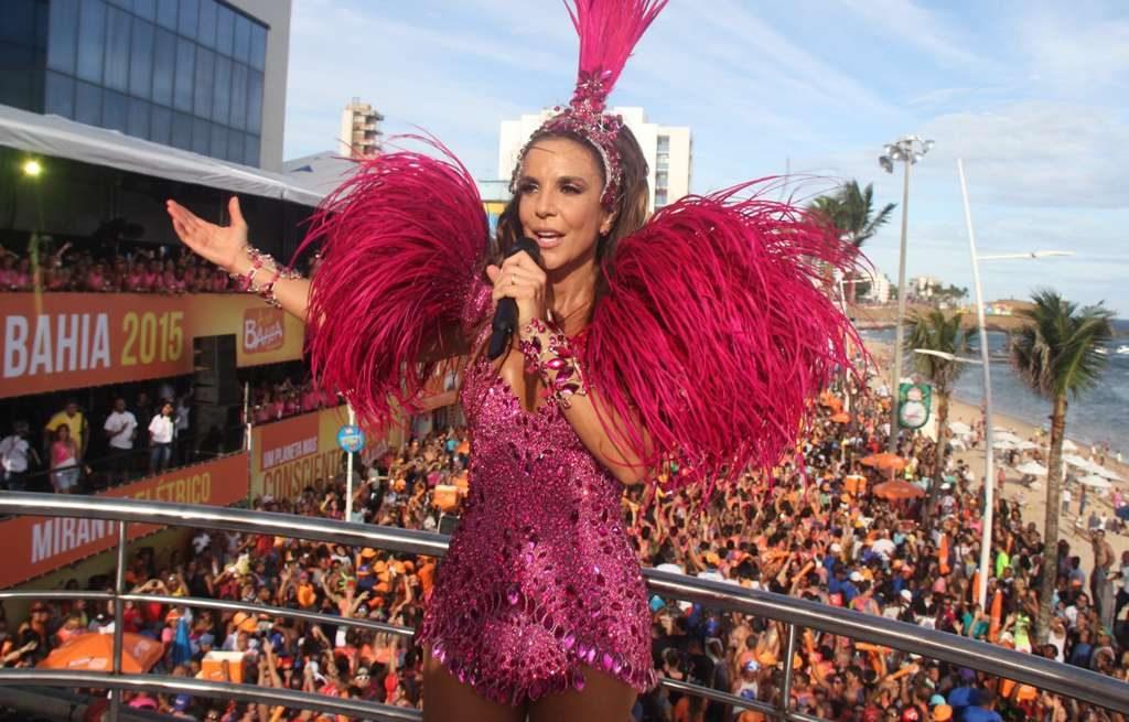 Ivete Sangalo agita a galera em seu primeiro dia de carnaval da Bahia