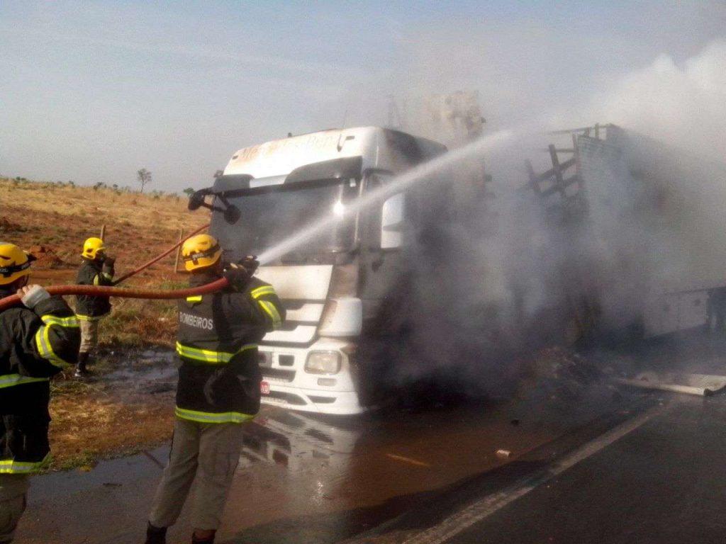 Carreta pega fogo na BR-060, próximo a Anápolis