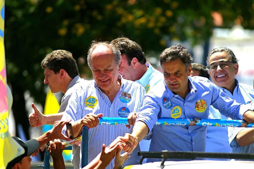 Aécio diz que Dilma foi a MG porque está 'assustada'