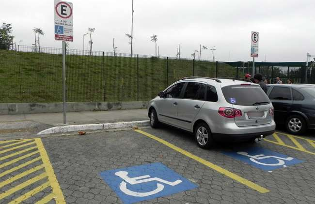 Estacionar em vaga de deficientes físicos será infração grave